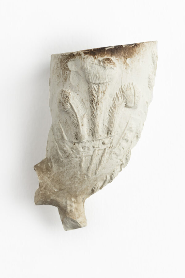 White Clay pipe bowl with spur, missing stem, relief decoration, crest with 3 large feathers with motto 'ich dien'